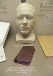 William Burke's death mask and pocket book, Surgeons' Hall Museum, Edinburgh Foto: By Kim Traynor (Own work) [CC BY-SA 3.0], via Wikimedia Commons