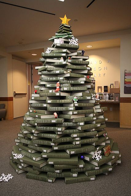 Bücherbaum. A Christmas tree made from the National Union Catalog. The tree was built at the Gleeson Library, the University of San Francisco, CA USA. Foto: By Shawncalhoun (Self-photographed) [CC BY-SA 3.0 or GFDL], via Wikimedia Commons